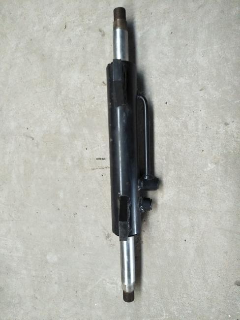 本公司主要生产拖拉机液压转向油缸,翻转犁油缸图片