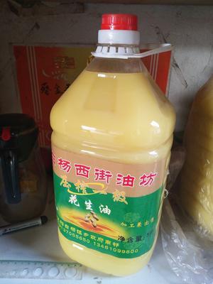 这是一张关于压榨花生油的产品图片