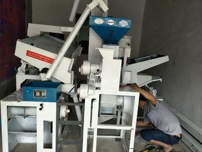 这是一张关于碾米机的产品图片