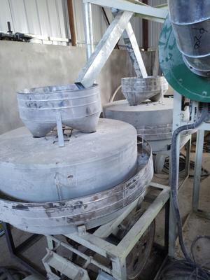 这是一张关于石磨面粉的产品图片