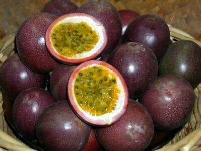 这是一张关于紫红色百香果 90 - 100克 超大果和苹果比拼的产品图片