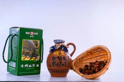 这是一张关于茶叶籽油的产品图片