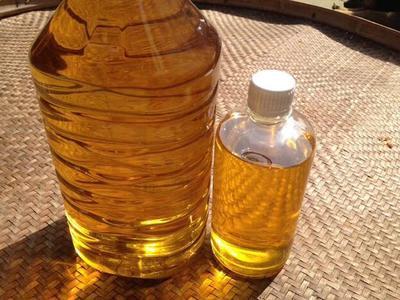 这是一张关于红花籽油的产品图片