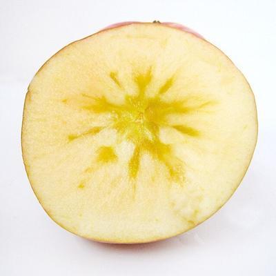 这是一张关于阿克苏冰糖心苹果 85mm以上 片红 纸+膜袋 的产品图片